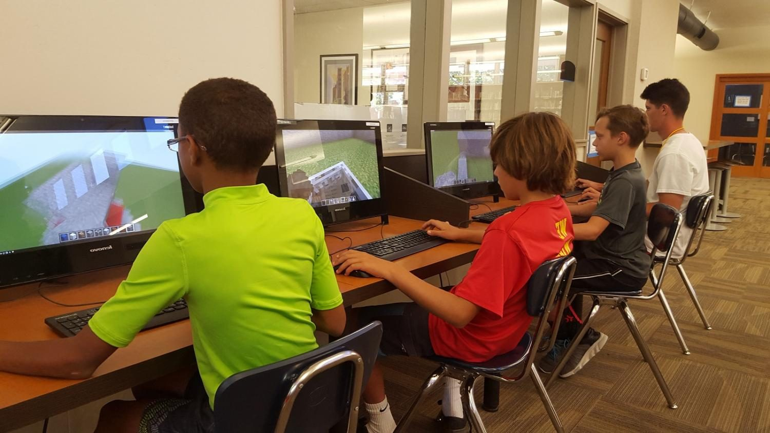 Students+play+Minecraft+during+the+class.
